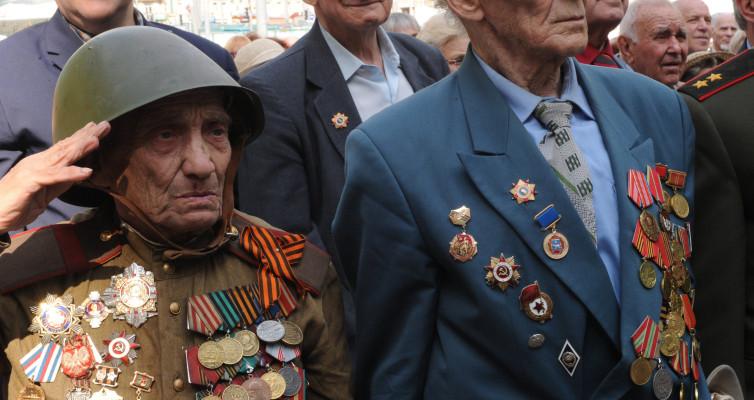 Шла по Харькову старушка